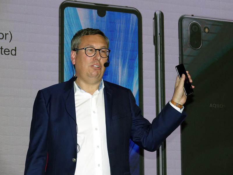 AQUOS R3の投入を発表したシャープ。写真は、欧州法人のバイスプレジデント、サッシャ・ランゲ氏