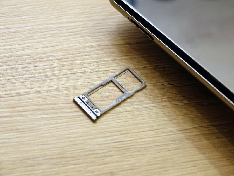 デュアルSIMは、日本版のAQUOR R3にない仕様だ