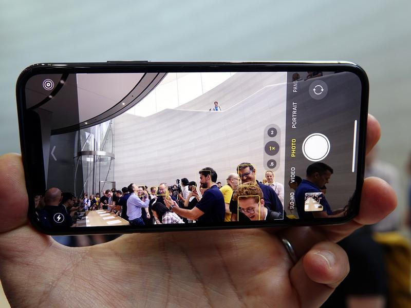 複数のカメラを同時に起動しているため、標準のカメラで撮るときにも、超広角カメラでしか写らない部分が左右に表示されている