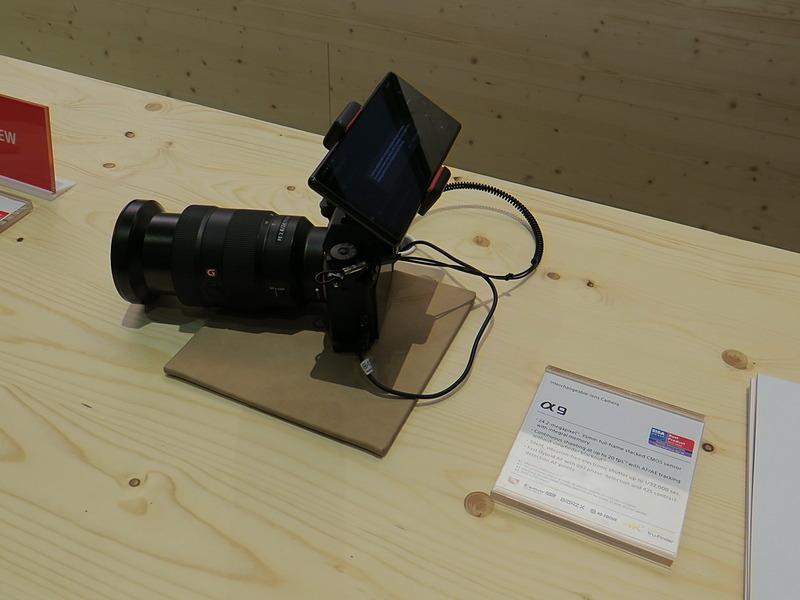 ソニーのデジタル一眼レフカメラ「α9」に装着したXperia 1