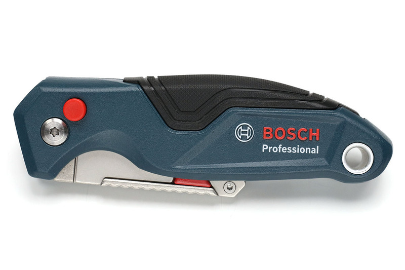 "BOSCH「Professional folding knife (型番 1600A016BL)」(<a href=""https://www.bosch-professional.com/gb/en/handtools/"" class=""strong bn"" target=""_blank"">公式ページ</a>)。本体はアルミ製で、色やデザインも好印象。細部の仕上げもキレイです。"