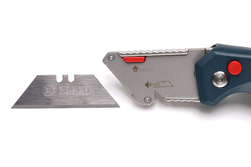 刃の開閉は赤い丸ボタンを押して行います。開いた状態でも閉じた状態でもロックがかかります。刃の近くにある赤い四角ボタンを押しながら刃の交換を行います。わりとスムーズに交換できます。