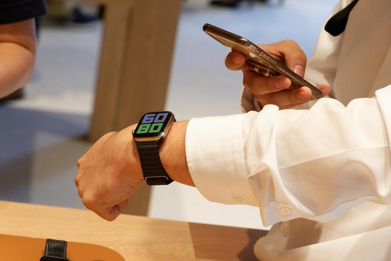 Apple Watchも試着して具合をチェック