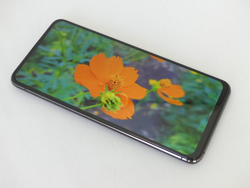 ノッチもパンチホールもないすっきりしたディスプレイ。Webサイトやピクトアイコンなどが見やすく、全画面での動画視聴が楽しい。表面に使用しているのは最新のCorning Gorilla Glass 6で強度が高い