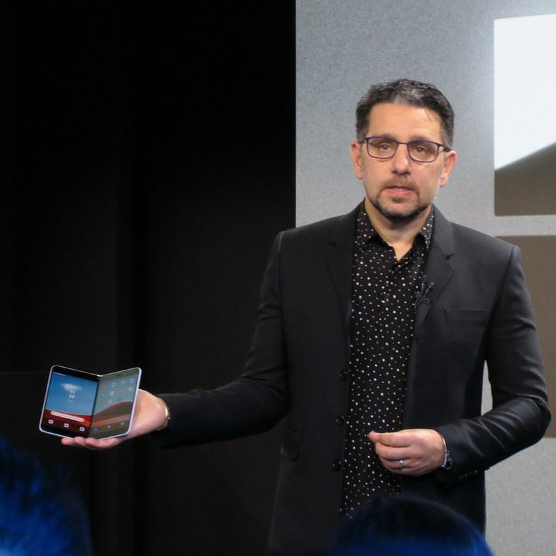 Androidベースの「Surface Duo」を手に語るパノイ氏