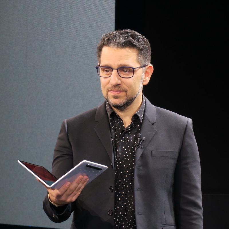 Surface Neoを片手に、製品内容を解説するパノイ氏