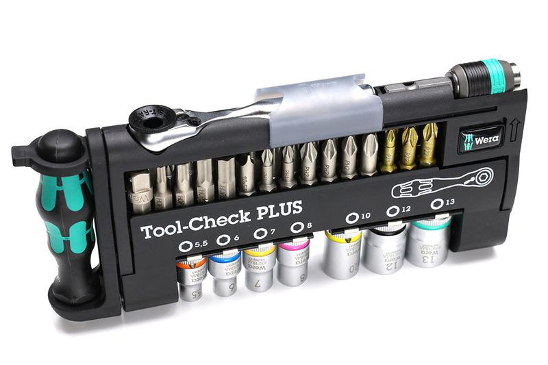 WeraのTool-Check PLUS。7種類のソケット、19種類のビット、ビットホルダー(ドライバーの握り部分で先端にビットを装着して使用)、ラチェット、それからビットアダプターがセットになっています。これがあれば家庭でたいていのネジを回せる感じの全部入りセット。見栄えもツールの収まり具合も美しい!