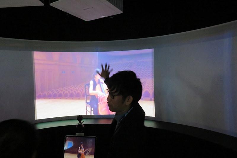 タブレットの向きに合わせてスクリーンが表示。表示された部分の音が聴こえる
