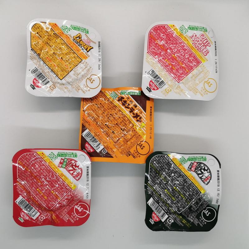 """専用リフィルは非常食のような特殊なパッケージで出荷される。種類は写真の5種類に""""カップヌードル・シーフード""""と""""チリトマトヌードル""""を加えた全部で7種類"""