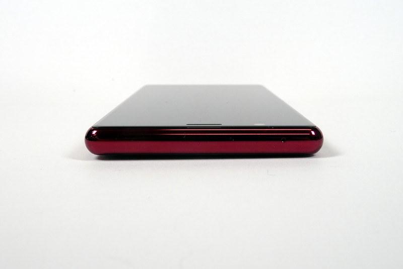 純正アクセサリーの「Xperia 5 Style Cover(SCBJ10)」を装着した様子