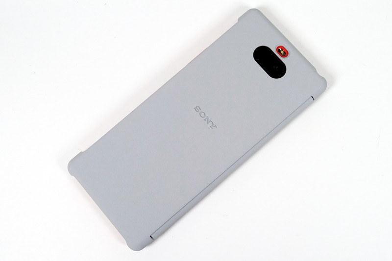 純正アクセサリーの「Xperia 8 Style Cover View(SCVJ20)」を装着した様子