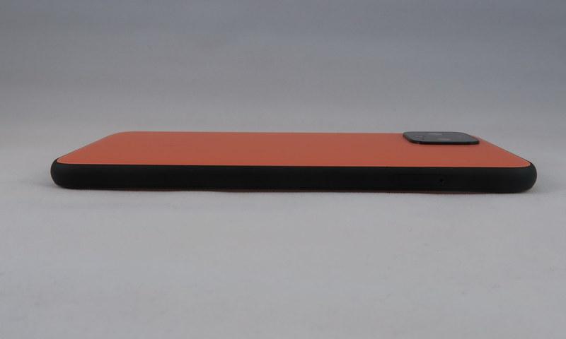 Pixel 4の左側面にはボタン類がなく、ピンで取り出すSIMカードトレイのみを備える