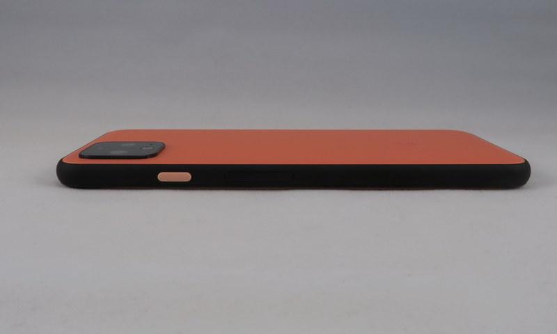 Pixel 4の右側面はおなじみの黄色い電源ボタン、その下にはシーソー式の音量キーを備える