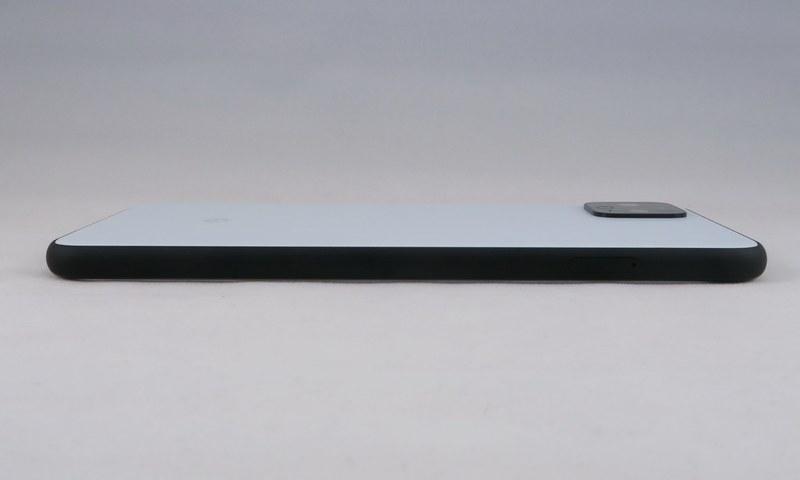 Pixel 4 XLの左側面もピンで取り出すSIMカードトレイのみを備える