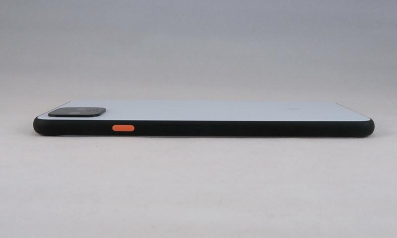 Pixel 4 XLの右側面も黄色い電源ボタン、その下にはシーソー式の音量キーを備える。電源ボタンの位置がやや上になり、操作感は手の大きさによって、大きく変わる