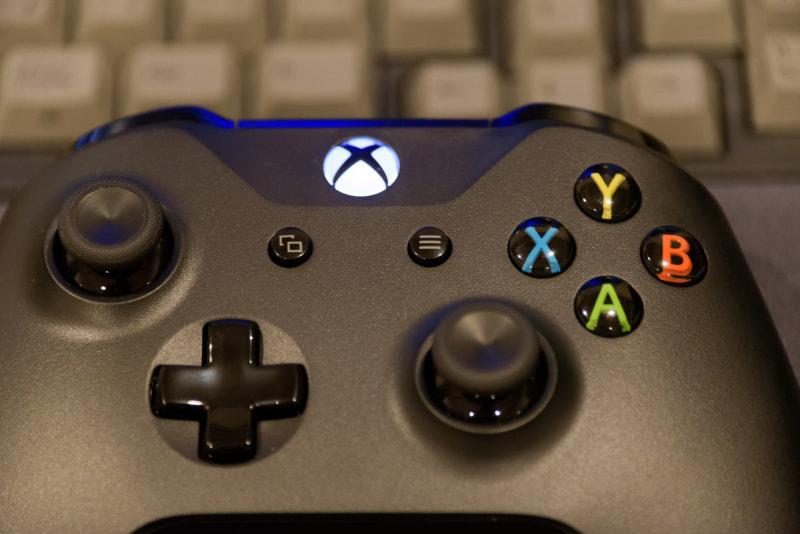 光っているXboxロゴの左下、□が2個重なっているようなマークが「ビュー」ボタン