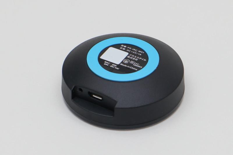 裏側。電源を供給するUSB端子と設定用のボタンが唯一のものとなる