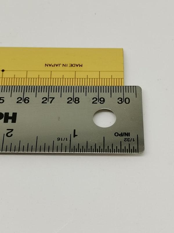 正しく目盛り数字の見える角度から再度見てみると、なんと30cm(300mm)ではなく30.5cm(305mm)定規であることが分かる