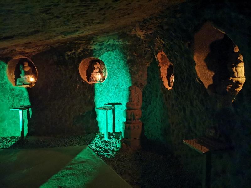 洞窟のライトアップも。天井はかなり低い