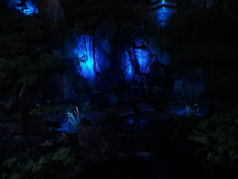 寺内の滝のライトアップ。WBは電球にし露出アンダー気味で撮影
