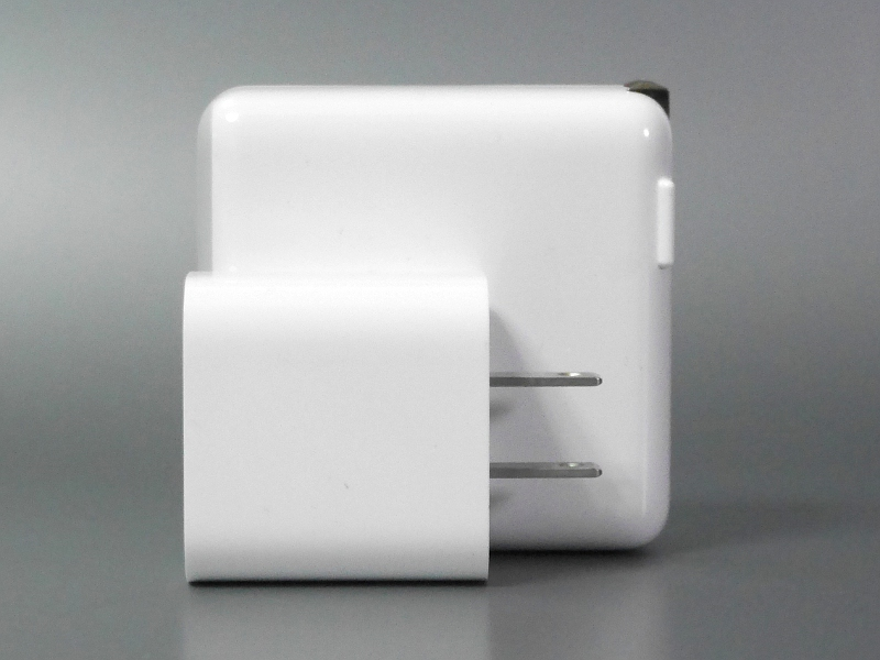 もっともApple製USB-C充電器はプラグが折り畳めないので、体積的にはせいぜい1.5倍といったところ