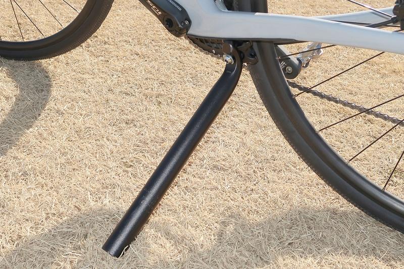 ロードバイクって自立させるのがなかなかタイヘン。かと言ってスタンドを装着すると重くなっちゃうし、外見的にも……。そんな場合に便利に使えるロードバイク用簡易スタンドを探求した話。上の写真は、自転車のシートポスト(サドルを支えるパイプ)でロードバイクを自立させている様子。意外なほど汎用性の高いロードバイク自立方法だったりします。