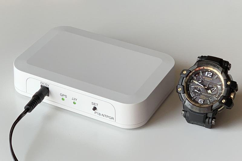 電波により時刻を自動修正する電波時計。いつでも正しい時間を示してくれる電波時計が大好きな筆者ですが、たまに電波を受信せず、不正確な時間が表示されたりしてイライラ。このフラストレーションから逃れる方法はないのか? ということで、電波時計の時刻をスッキリと合わせられる方法についてイロイロ書いています。写真は共立プロダクツの「GPS式電波時計用リピータ P18-NTPGR」で、筆者はコレでイライラを大解消しました。