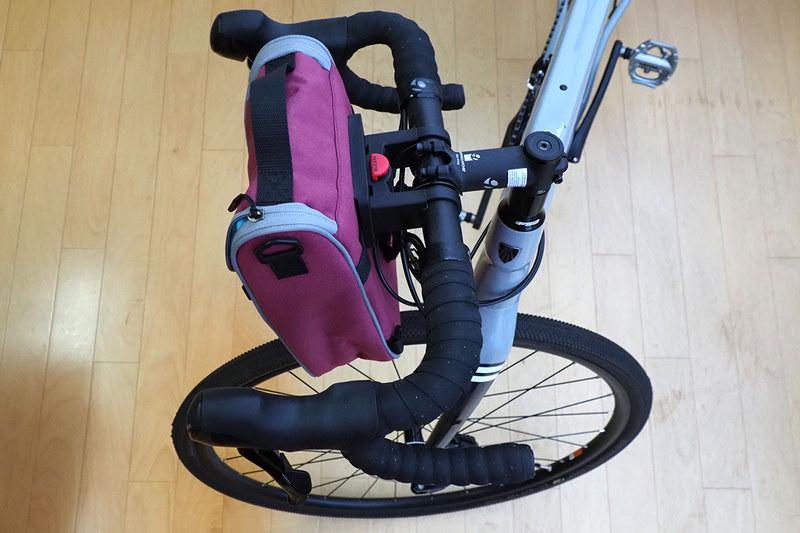 好みのバッグをちょっと改造して、自転車のハンドルなどに対してワンタッチ脱着を可能にするという記事です。通称「バッグのリクセンカウル化」。上の写真は各社のバッグをリクセンカウル改造した様子。ロードバイクに好みのバッグをワンタッチ脱着できるようになりました。「リクセンカウル(RIXEN & KAUL)」ブランドの「クリックフィックス(KLICKfix)」というシクミを使っています。