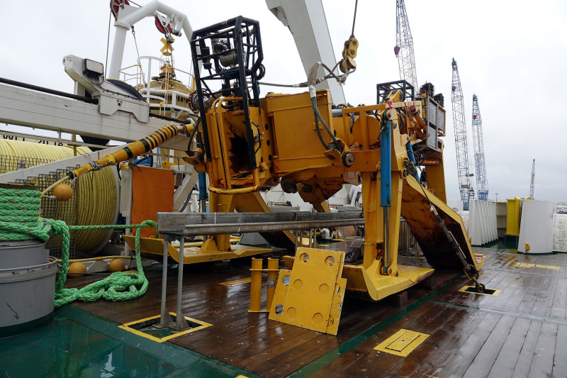 埋設する際には、この黄色い埋設機が活躍する