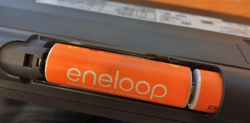 電池は単三2本。電池ボックスが目立つという話もあるが、それよりはバッテリの入手性を優先したということだろう。