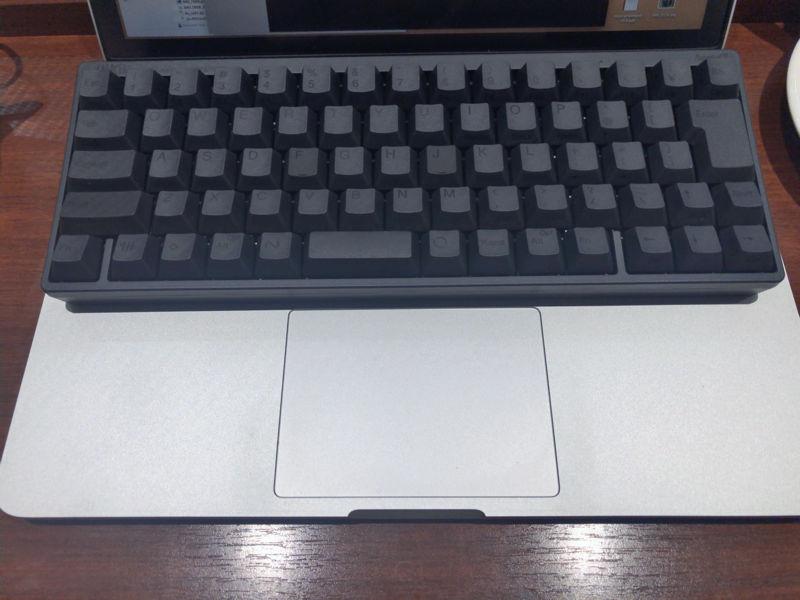 Macbook Pro 13インチに載せてみたの図。左右1cmくらいHHKBのほうが狭い。