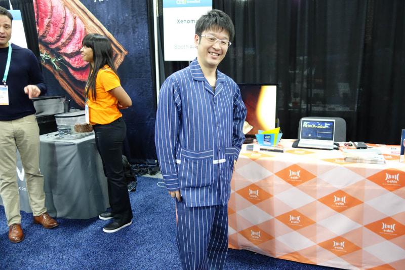 パジャマ型のスマートウェア。おへそあたりの白い帯が布状の配線回路