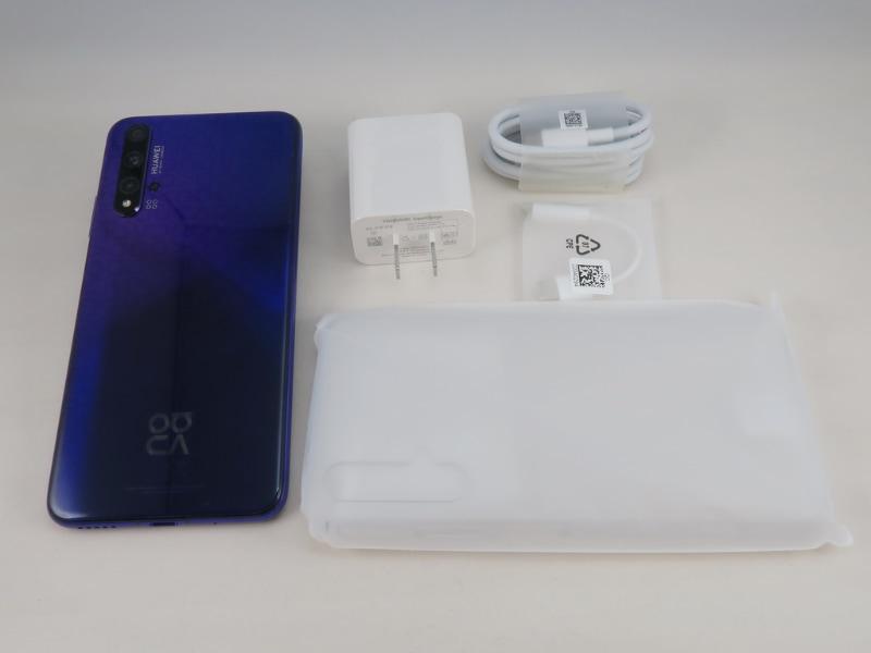 パッケージにはACアダプタやUSBケーブル、USB Type-C - 3.5mmイヤホン端子変換アダプタ、クリアカバーが同梱される