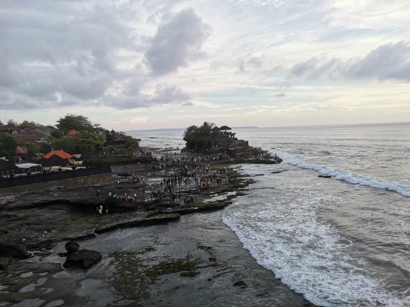 海辺を標準カメラで撮影。曇天だったが、ある程度、明るく撮影できた