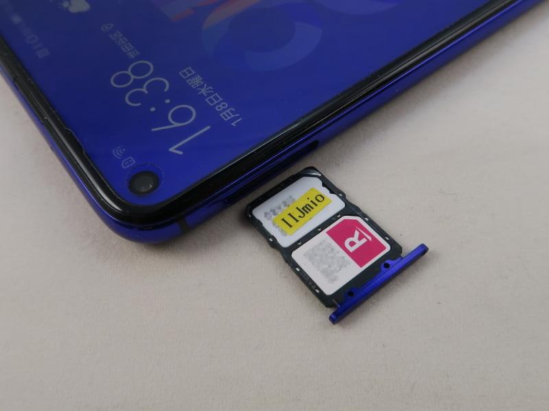 nanoSIMカードを2枚、装着できるSIMカードトレイ。手前側は楽天モバイル(MNO)の無料サポータープログラムで発行されたSIMカード