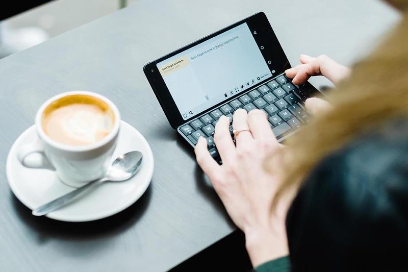 Planet ComputersのCosmo Communicator。6インチスマートフォンで、物理QWERTYキーボードを搭載する。キーは、国内正規代理店品は日本語配列+かな印字キートップ。かつてのPDA(携帯情報端末/Personal Digital Assistant/Personal Data Assistant)のようなスタイルで使える。SIMロックフリー端末で、デュアルSIMおよびeSIMに対応。実勢価格は10万円前後。