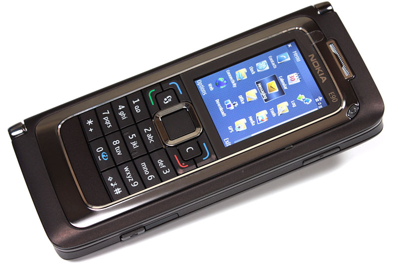 ノキアの「Nokia Communicator」シリーズのうちの「Nokia E90 Communicator」。2007年発売のスマートフォンで、閉じれば携帯電話、開けばキーボードが使えるハンドヘルドコンピュータ的な端末である。GSM(850/900/1800/1900MHz)およびW-CDMAに対応。う~ん今見てもカッコイイ!! てゅーかホントはココの写真は「PSION(サイオン)」とかにした方が良かったんですけどネ。
