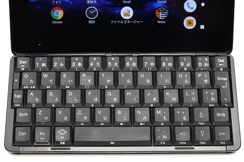 """左右約170mmのQWERTYキーボードで、両手人差し指でタイプするような感じで使える。初期状態では""""かな入力""""で、キーのひらがな刻印のとおり入力できる(ローマ字かな入力ではない)。天板画面上のディスプレイには、通知やメール等の内容が表示される。"""