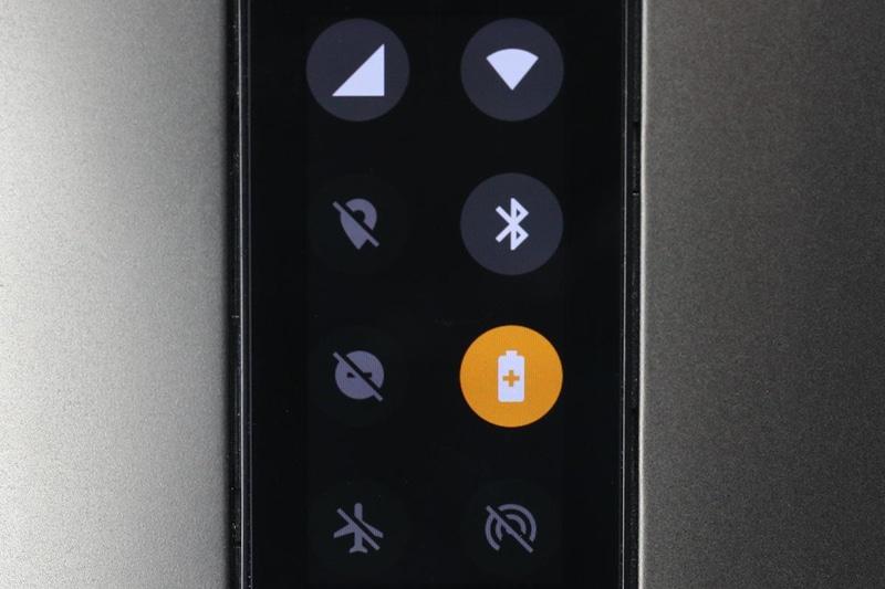 通常は日時や通知が表示される。フリック操作でWi-Fiや機内モードのオンオフなどを行えるボタンが現れる。