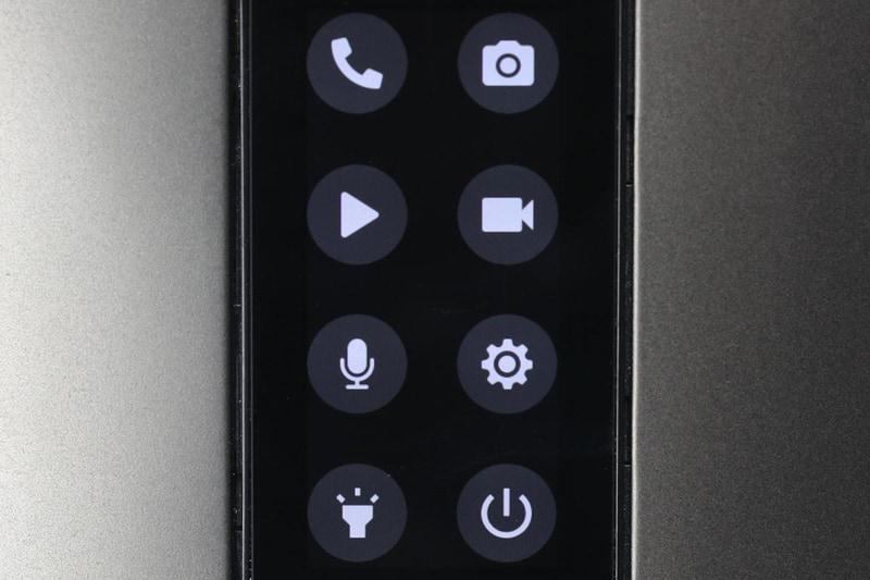 写真を撮ったり電話をかけることも可能。電話をかける時はキーパッドや連絡先を表示させ、そこからかけることもできる。