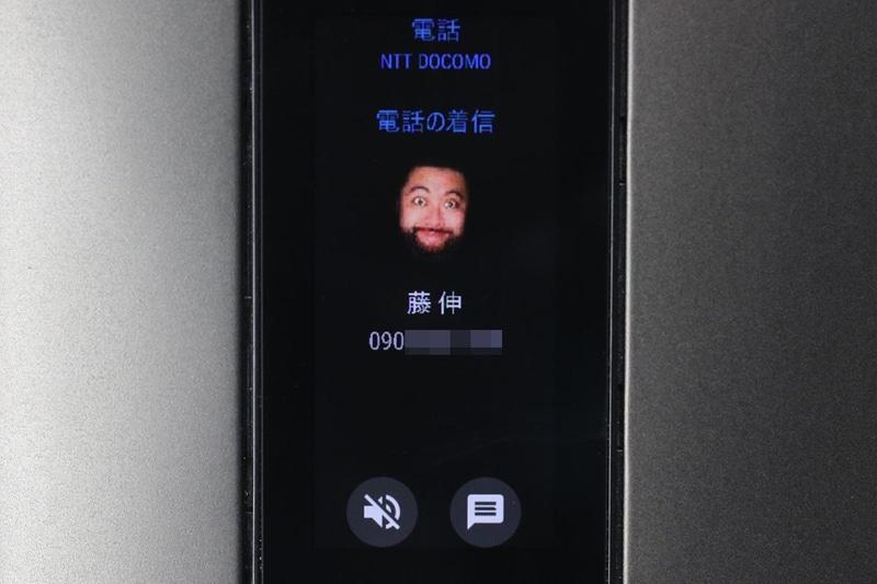 電話がかかってきた様子。そのまま端末を耳に当てて通話することも、スピーカーホンで通話することもできる。左は不在着信の表示。全体的に日本語が微妙にヘンな感じになっているが、まあだいたいわかる感じ。