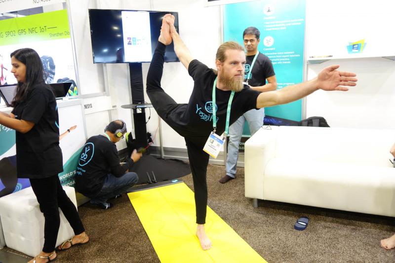 YogiFiの上でなかなかの難易度なヨガポーズを決めているが、実はこのとき、無線接続に異常があって実機デモが行なえていない(この手の展示会のあるあるネタ)