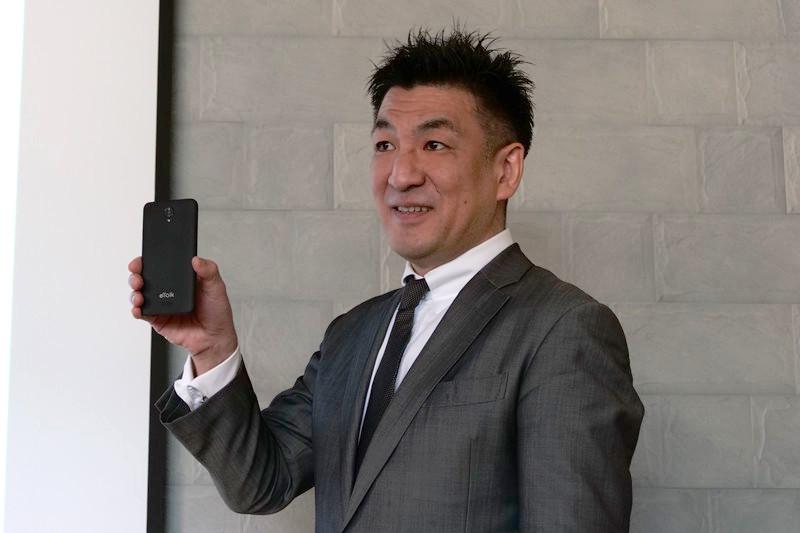 スマートフォンのモックアップを手にする増田薫社長