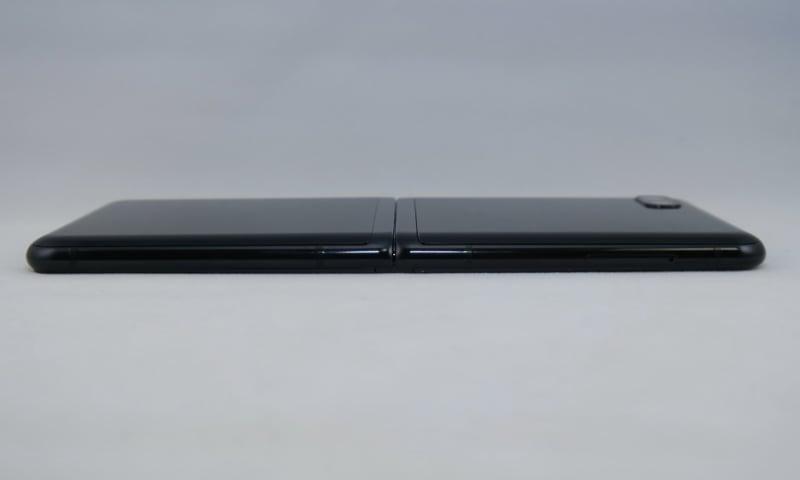 左側面は上部側にSIMカードトレイを備えるのみで、Bixbyボタンなどはない