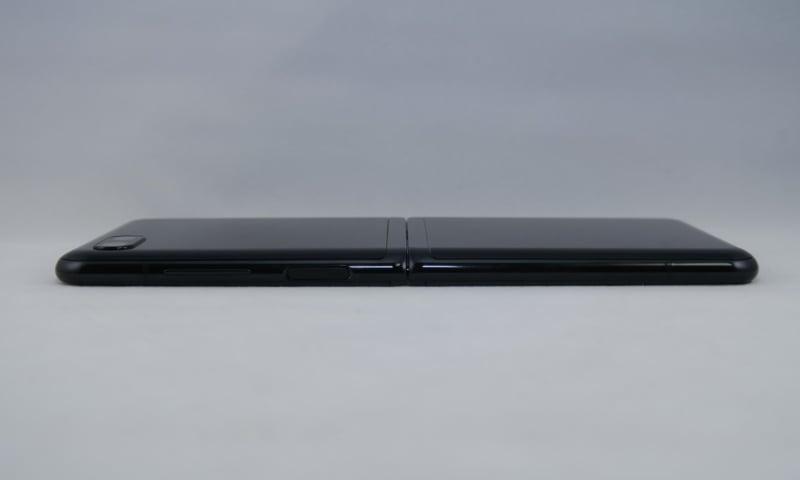 本体右側面は上部側に指紋センサー内蔵電源ボタン、シーソー式の音量キーを備える