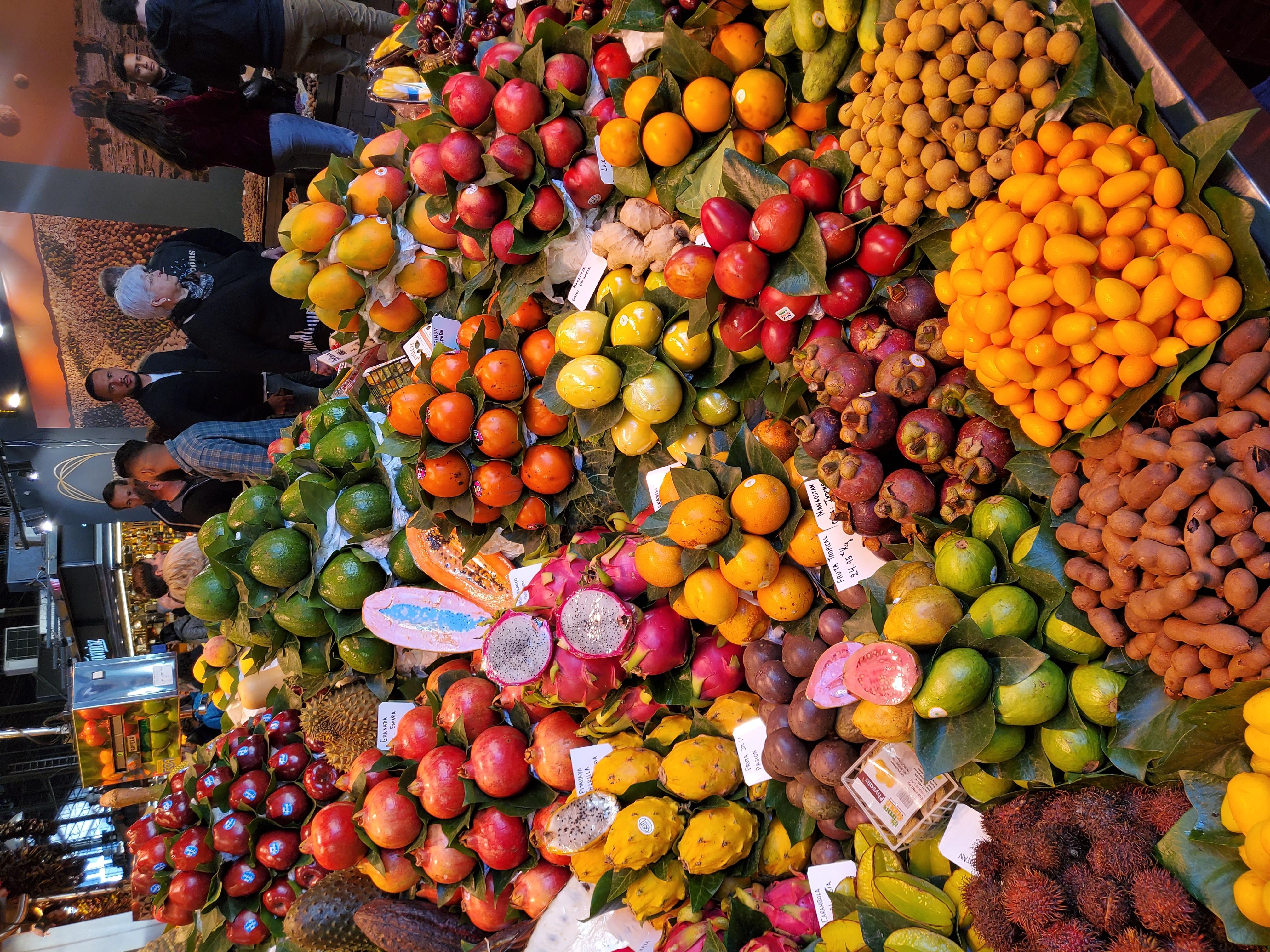 広角カメラで撮影。赤系を中心に多彩な色の果物などが並ぶが、これも自然な仕上がり