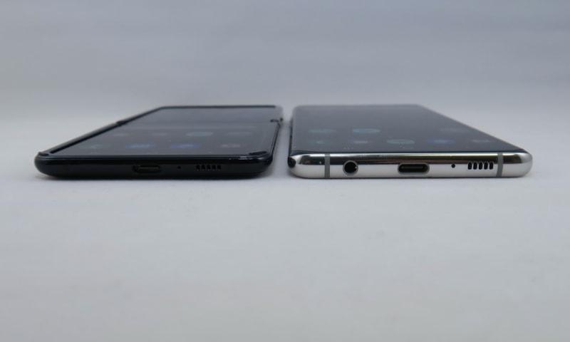 Galaxy Z Flip(左)とGalaxy S10+(右)の下部から撮影。Galaxy Z Flipのディスプレイを保護する周囲の凸部を含めると、Galaxy S10+とほぼ同じ厚み。昨年のGalaxy Foldを考えると、かなりのスリム化を実現