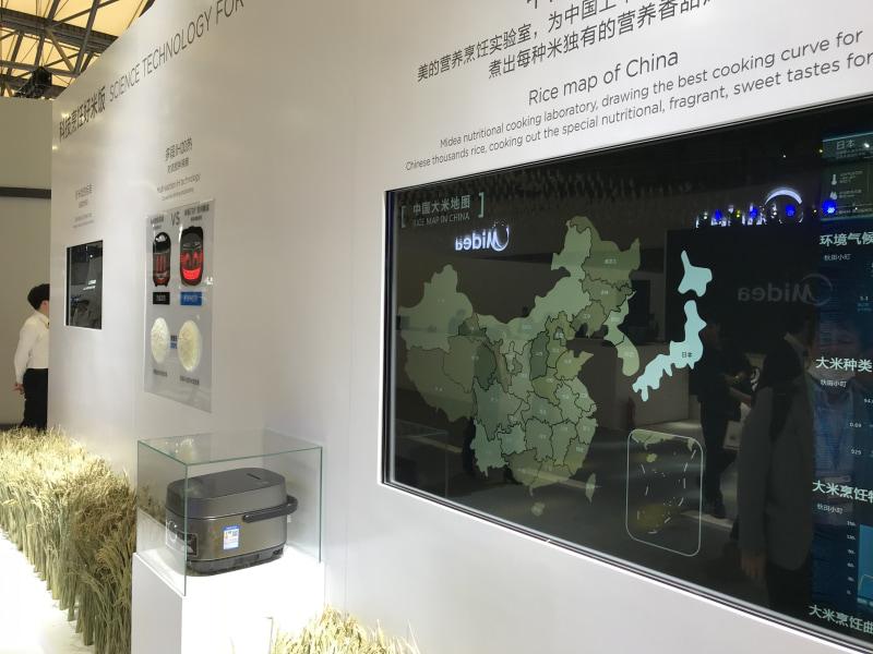AWE2019のMideaブースに展示されていた炊飯器のコンセプト。右のモニターには、中国各省のお米の特徴が表示され、その特徴により水加減や炊き加減を変化させられる