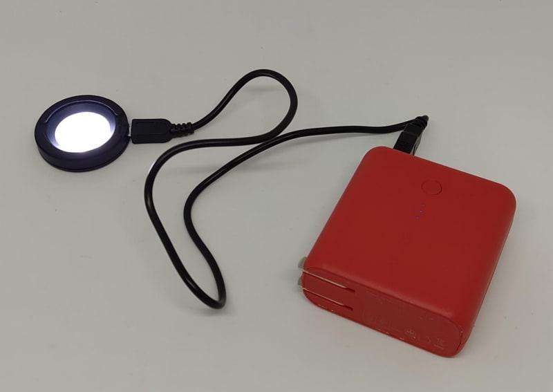 こういう感じで丸いスタンドの上にソーラー腕時計を文字盤を下にしてうつ伏せに設置して充電する