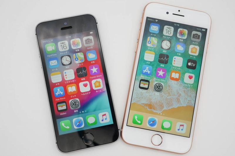 iPhone SE(第1世代)(左)とiPhone 8(右)。iPhone 8はiPhone SE(第2世代)と同じ大きさ